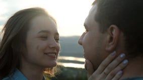 获得乐趣和亲吻在日落的一对年轻夫妇的慢动作 股票视频