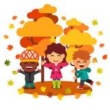 获得乐趣和使用与叶子的混合的族种孩子 库存照片