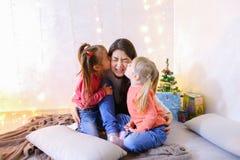 获得乐趣和使用与小女孩的美丽的更老的姐妹 库存照片