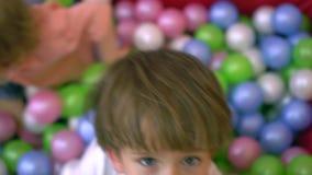 获得乐趣和使用在多色的球水池的愉快的学龄前孩子 托儿所 股票录像
