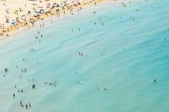 获得乐趣和放松在佩尼伊斯科拉海滩胜地的人鸟瞰图在地中海在西班牙 免版税库存照片