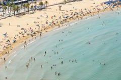 获得乐趣和放松在佩尼伊斯科拉海滩胜地的人鸟瞰图在地中海在西班牙 免版税图库摄影