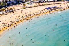 获得乐趣和放松在佩尼伊斯科拉海滩胜地的人鸟瞰图在地中海在西班牙 免版税库存图片
