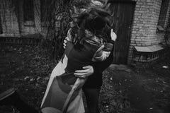 获得乐趣和笑在秋天公园的时髦的夫妇 人和w 免版税图库摄影