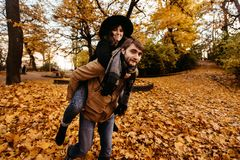 获得乐趣和笑在秋天的有吸引力的愉快的豪华夫妇 图库摄影