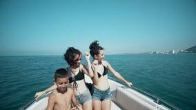 获得乐趣和跳舞在豪华游艇的年轻朋友 股票视频