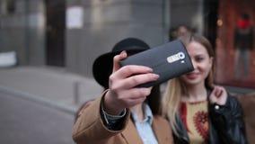 获得乐趣和采取selfie的不同种族的朋友 影视素材