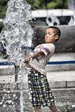 获得乐趣在夏天喷泉
