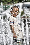 获得乐趣在夏天喷泉 免版税库存图片