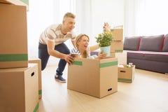 获得乐趣的ouple乐趣,当搬入新的公寓时 免版税库存图片
