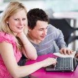 获得二位的大学生乐趣一起学习 免版税库存照片