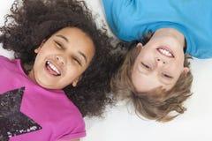 获得人种间男孩&女孩的孩子乐趣 免版税库存照片