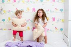 获得儿童的姐妹乐趣 免版税库存图片