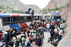获得公共汽车的背包徒步旅行者游人在阿根廷ande的Iruya 免版税库存照片