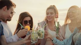 获得友好和快乐的公司在户外的乐趣,一起喝夏天都市鸡尾酒 影视素材