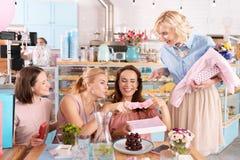 获得四名成功的家庭的妇女谈论的乐趣母性 库存图片