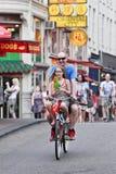 获得在自行车的乐趣,阿姆斯特丹,荷兰 免版税库存图片