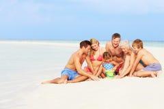 获得多一代的家庭海滩假日的乐趣 图库摄影