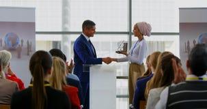 获得奖的商人从企业研讨会的4k一名女实业家 股票视频