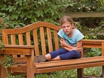 获得女孩公园的恼怒的长凳 免版税库存图片