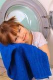 获得女孩少许毛巾洗涤物 免版税库存照片