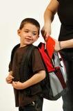 获得妈妈packpack准备好的儿子 库存照片