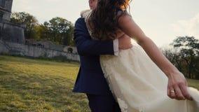 获得婚礼的夫妇乐趣 股票视频