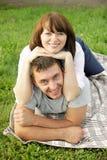 获得嬉戏的新的夫妇乐趣 免版税库存图片