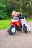 获得小可爱的女孩在她的自行车的乐趣  库存照片