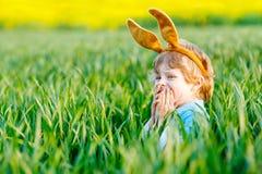 获得小孩的男孩与传统复活节彩蛋狩猎的乐趣 库存图片