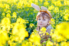 获得小孩的男孩与传统复活节彩蛋狩猎的乐趣 免版税库存照片
