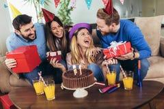 获得小组愉快的朋友在家庆祝生日和乐趣 库存照片