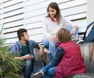 获得小组少年的朋友聊天和乐趣 免版税库存图片