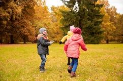 获得小组愉快的小孩乐趣户外 免版税库存图片