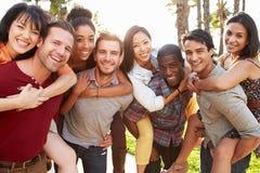 获得小组的朋友乐趣一起户外 免版税图库摄影