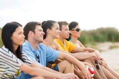 获得小组的朋友在海滩的乐趣 免版税库存图片