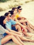 获得小组的朋友在海滩的乐趣 免版税图库摄影