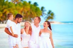 获得小组的朋友在热带海滩的乐趣,暑假 免版税库存照片