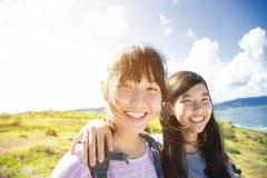 获得少年的女孩乐趣与暑假 免版税库存图片