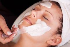 获得屏蔽妇女的脸面护理新 库存照片