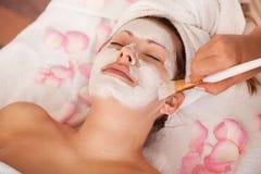 获得屏蔽妇女的脸面护理新 免版税库存图片