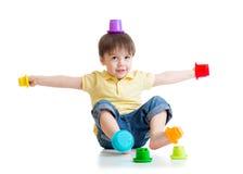 获得微笑的儿童的男孩与颜色的乐趣戏弄 图库摄影