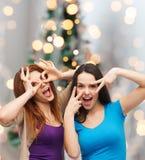 获得微笑的十几岁的女孩乐趣 免版税图库摄影