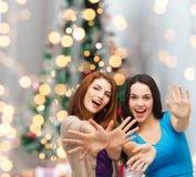 获得微笑的十几岁的女孩乐趣 免版税库存照片