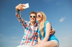 获得微笑的夫妇乐趣户外 免版税库存图片
