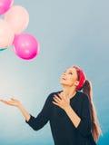 获得微笑的疯狂的女孩与气球的乐趣 免版税图库摄影