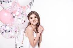 获得微笑的美丽的妇女与气球的乐趣 免版税库存照片