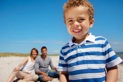 获得快乐的孩子与他的父项的乐趣 免版税库存照片