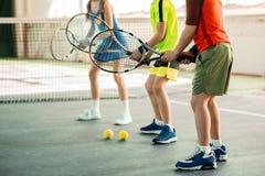 获得快乐的孩子与网球拍的乐趣 库存照片