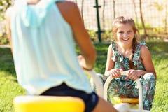 获得快乐的孩子在操场的乐趣 库存图片
